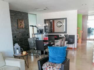 Una sala de estar llena de muebles y una ventana en Apartamento para la venta en el Poblado por Sta Maria de los Angeles