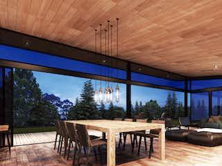 Una habitación con una mesa de madera y sillas en Amplia y moderna casa ambiente campestre, Vereda el Silencio, Envigado