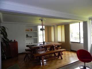 Una sala de estar llena de muebles y una mesa en Excelente duplex en Envigado, Zuñiga
