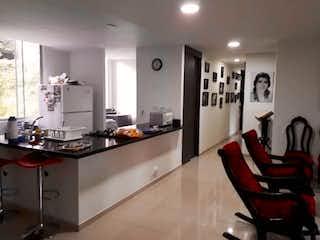 Una cocina con una mesa y sillas en ella en Venta apartamento El Poblado Castropol