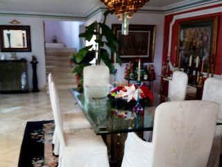 Una sala de estar llena de muebles y una lámpara de araña en Apartamento en el sector de Medellin