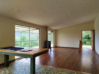Una sala de estar llena de muebles y una ventana en Casa campestre en unidad cerrada