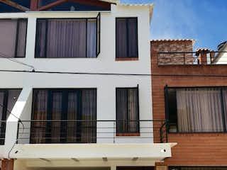 Un banco de madera sentado delante de un edificio en Casa en venta en Casco Urbano Cota de 140m²