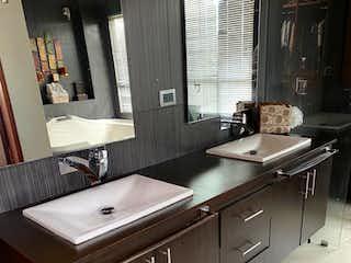 Un cuarto de baño con lavabo y un espejo en Casa en venta en Casco Urbano Cota de 5 hab. con Zonas húmedas...