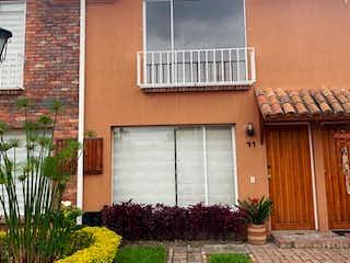 Una casa que tiene un edificio en el fondo en Casa En Venta En Chia Costa Rica