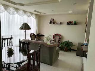Una sala de estar llena de muebles y una lámpara de araña en Parques de san rafael