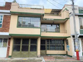 Un edificio con un gran edificio en frente en Venta Casa Funza Residencial y Comercial del Alta Rentabilidad