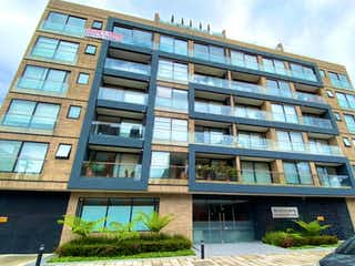 Un gran edificio con un gran edificio en el fondo en VENTA APARTAESTUDIO PARA ESTRENAR - SANTA BARBARA -