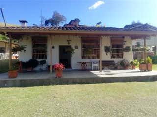 Una boca de incendios delante de un edificio en Venta de finca en Guarne, Antioquia