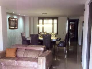 Una sala de estar llena de muebles y una ventana en Apartamento en venta en El Portal con Balcón...