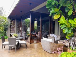 Una sala de estar llena de muebles y una planta en maceta en Casa en venta en Llanogrande, 550m²