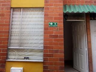 Un edificio de ladrillo con una ventana y una ventana en Casa en venta en Casco Urbano Mosquera de 72m² con Bbq...