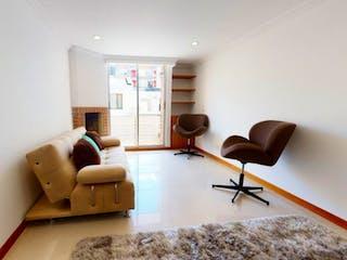 Una sala de estar llena de muebles y una ventana en Vendo Apartamento en Los Cedros Usaquén, Bogotá.