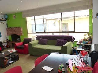 Una sala de estar llena de muebles y una gran ventana en Apartamento En Venta En Bogotá La Castellana