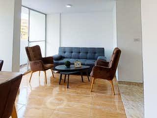 Una sala de estar llena de muebles y una mesa de madera en Apartamento en venta en La Candelaria de 2 alcobas