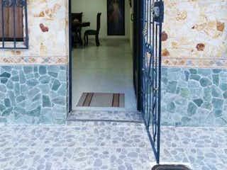 Un cuarto de baño con lavabo y un espejo en Casa en venta de 70,24 m2 en Pedregal, Medellín