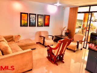 Una sala de estar llena de muebles y una televisión de pantalla plana en Campiña De Linares