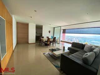 Una sala de estar llena de muebles y una televisión de pantalla plana en Nakar