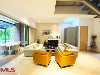 Una sala de estar llena de muebles y una televisión de pantalla plana en Avellano de la Calleja