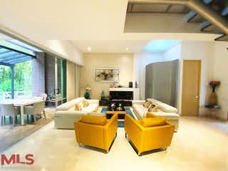 Una sala de estar llena de muebles y una televisión de pantalla plana en Arándano de la Calleja