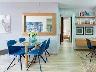 Una sala de estar llena de muebles y una ventana en Ciruelos del Edén