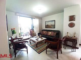 Una sala de estar llena de muebles y una chimenea en Camelot