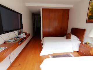 Una habitación de hotel con dos camas y un televisor en CERROS DE LOS ALPES, APTO, VENTA, ARRIENDO, 270 MT, BOGOTA
