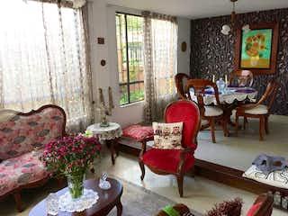 Una sala de estar llena de muebles y una ventana en Casa En Venta En Cajica Cajica