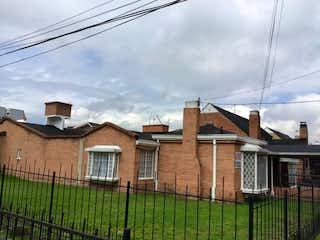Una casa que tiene una casa en ella en Casa En Venta En Bogota Los Frailes