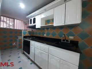 Una cocina con lavabo y microondas en Refugio De Villa Verde