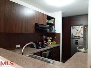 Una cocina con fregadero y nevera en Lyon
