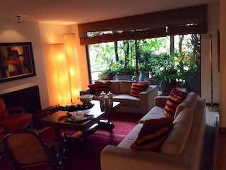 Una sala de estar llena de muebles y una chimenea en Edificio Caminos Del Cerro