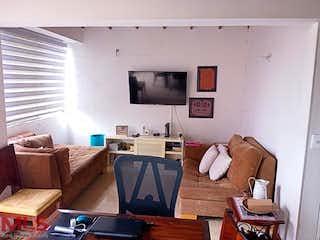 Una sala de estar llena de muebles y una televisión de pantalla plana en Cedros De La Colina