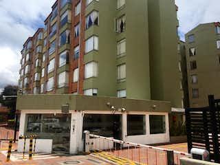 Un edificio alto sentado al lado de un edificio alto en Apartamento En Venta En Bogota Colina Norte