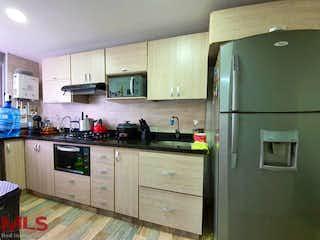 Una cocina con una estufa de nevera y fregadero en Villa Del Campo