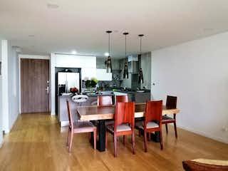 Una cocina con una mesa de comedor y sillas en Apartamento en Loma de las Brujas Envigado