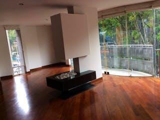 Una sala de estar llena de muebles y un suelo de madera en Edificio Parque