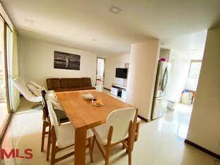 Una sala de estar llena de muebles y una ventana en Castellon De San Diego