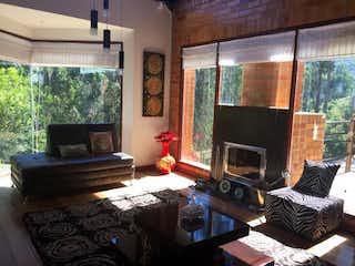 Una sala de estar llena de muebles y una chimenea en Casa Campestre En Venta En Chia