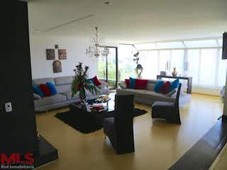 Una sala de estar llena de muebles y una ventana en La Cascada