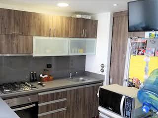 Una cocina con una estufa de fregadero y armarios en Apartamento En Venta En Bogotá Los Alcazares