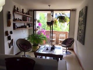 Una sala de estar llena de muebles y una ventana en Urales