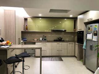 Una cocina que tiene un montón de armarios en ella en Casa en venta en Villa Alsacia