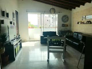 Una sala de estar con un sofá una mesa y sillas en Apartamento en venta en El Trapiche de 3 habitaciones