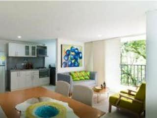 Una sala de estar llena de muebles y una gran ventana en SE VENDE APARTAMENTO EN LA ESTRELLA, ANTIOQUIA, COLOMBIA