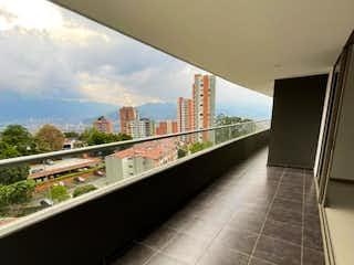 Una vista de una estación de tren con un tren en las vías en Apartamento en Venta Loma del Esmeraldal Envigado.