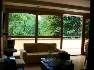 Una sala de estar llena de muebles y una ventana en Casa en El Poblado, Medellín