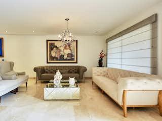 Una sala de estar llena de muebles y una gran ventana en Casa en Poblado, cerros de las Carolinas cuenta con 3 habitaciones
