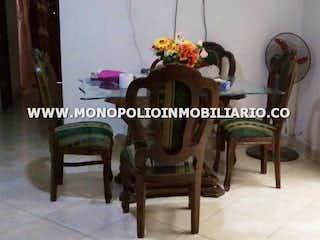 Una mesa con un jarrón de flores en ella en Casa en Manrique Central,139 mts2-4 Habitaciones