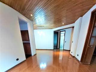 Una sala de estar con suelos de madera y suelos de madera en Apartamento para arriendo en Bella Suiza